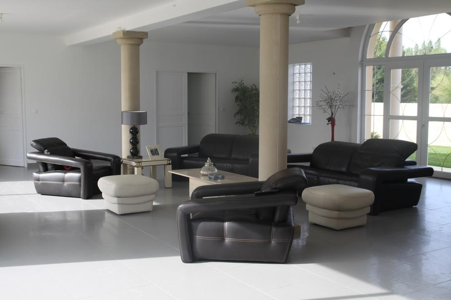 Deco salon contemporain noir for Modele deco salon