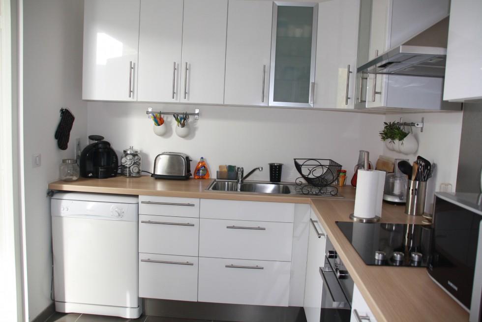 belle déco cuisine blanc et bois .