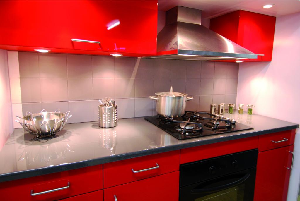 photodeco.fr/wp-content/uploads/2014/03/photo-decoration-déco-cuisine-rouge-et-gris-9-1024x687.jpg