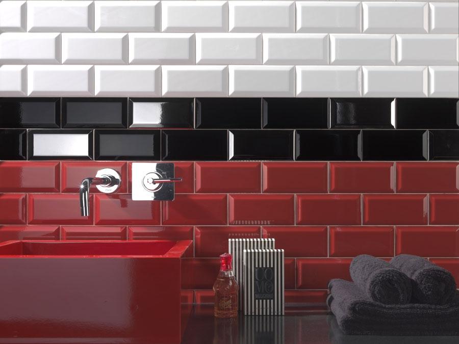 modèle carrelage salle de bain rouge et blanc