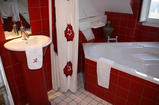 idée déco salle de bain rouge
