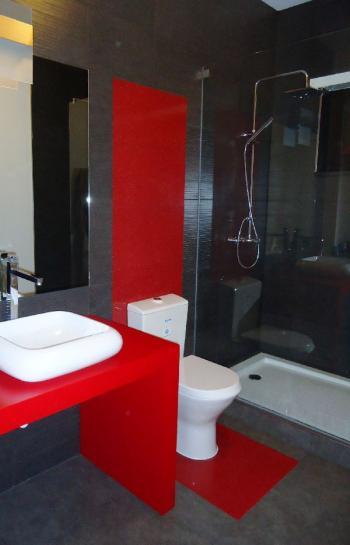 organisation deco salle de bain gris et rouge