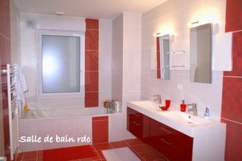 idée deco salle de bain rouge et blanc