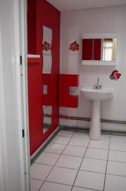 aménagement deco salle de bain rouge et blanc