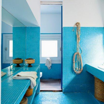 décoration salle de bain bleu et rose