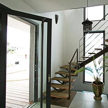 Délicieux Idee Deco Entree Avec Escalier #2: Photo-decoration-idee-déco-entrée-avec-escalier.jpg