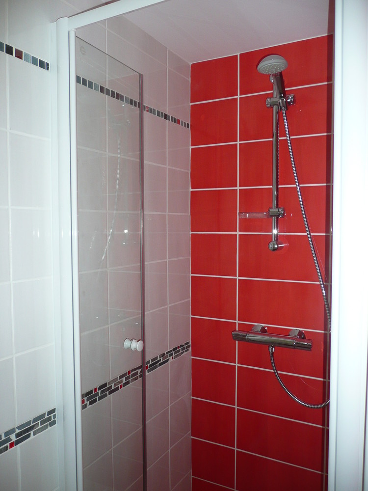 Photo salle de bain rouge et blanc for Decoration salle de bain rouge