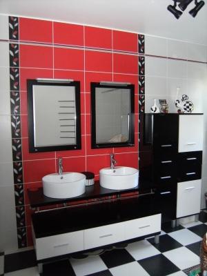 Photo salle de bain rouge noire et blanc