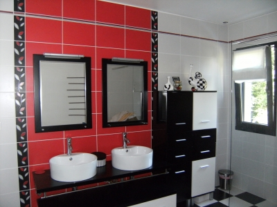 salle de bain rouge noire et blanc
