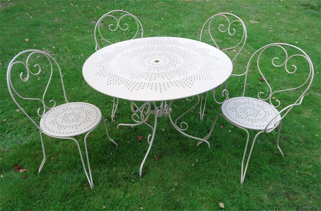 Jolie salon de jardin fer forg for Table de jardin ronde en fer