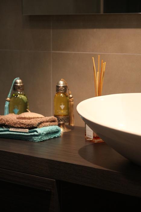 Photo déco salle de bain turquoise et chocolat