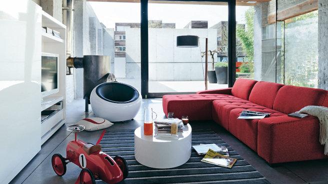 décoration salon divan rouge