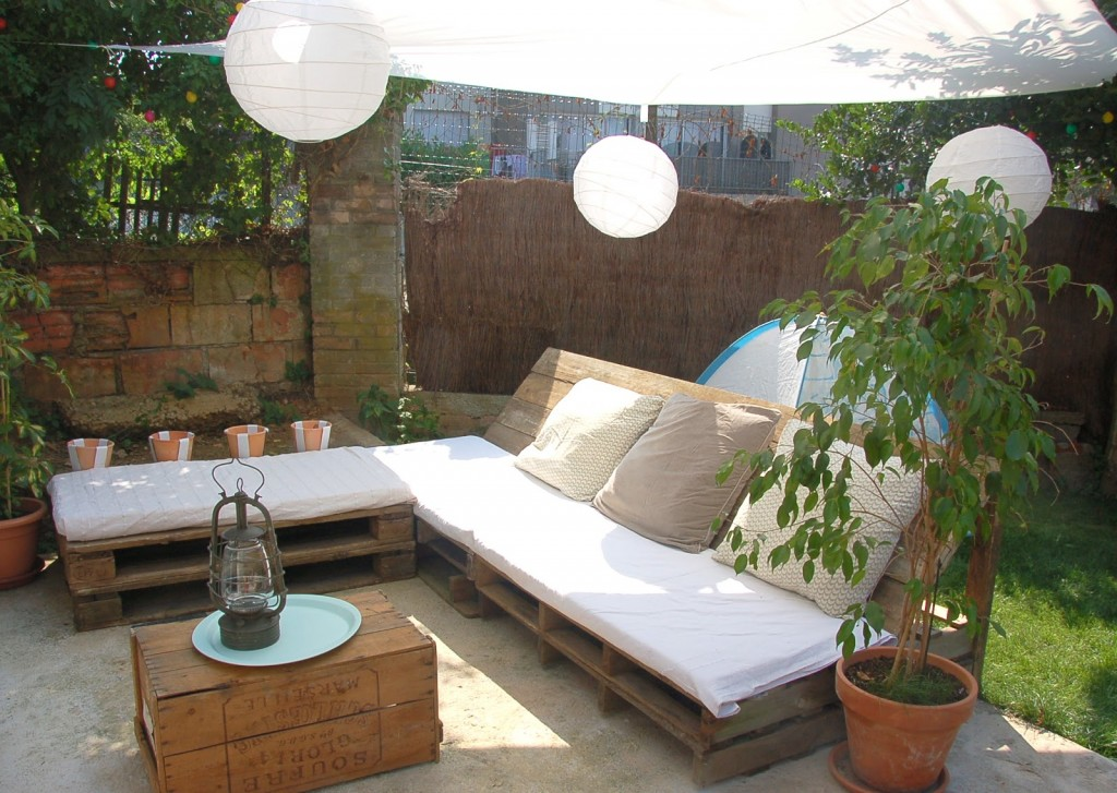 Diy pallet patio furniture penmie bee for Deco de jardin en palette