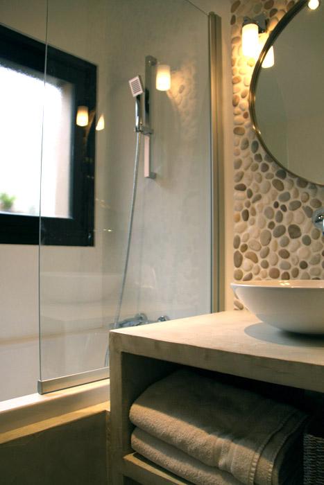 décoration salle de bain avec des galets
