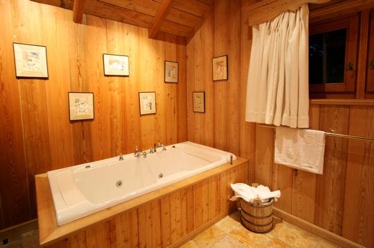 idée décoration salle de bain avec jacuzzi