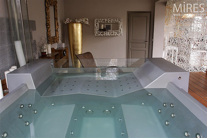 d coration salle de bain avec jacuzzi. Black Bedroom Furniture Sets. Home Design Ideas