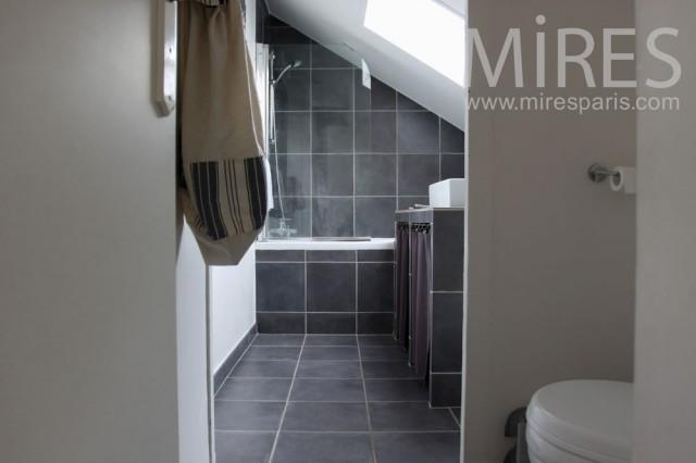 d coration salle de bain mansard e. Black Bedroom Furniture Sets. Home Design Ideas