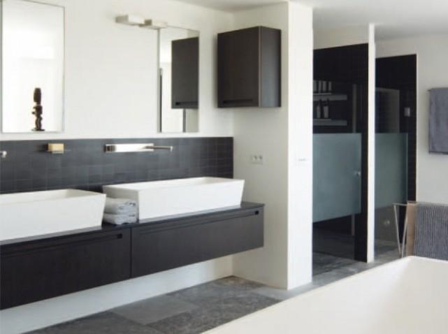 D coration salle de bain noire et blanche for Salle de bain blanche et beige