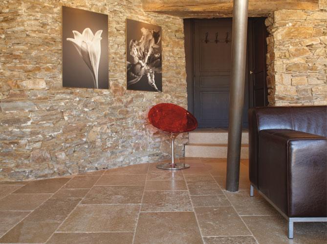 d coration salon avec mur en pierre. Black Bedroom Furniture Sets. Home Design Ideas