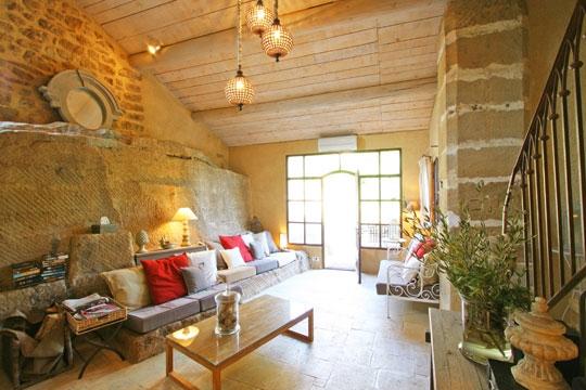 D coration salon avec mur en pierre for Mur en pierre salon