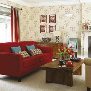 modèle décoration salon beige et rouge