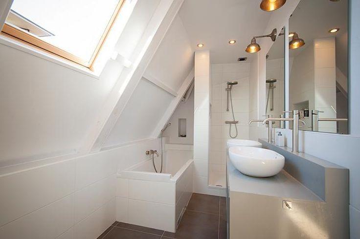 D co salle de bain sous comble for Deco salle de bain sous pente