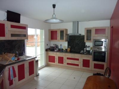 cuisine rouge bois. Black Bedroom Furniture Sets. Home Design Ideas