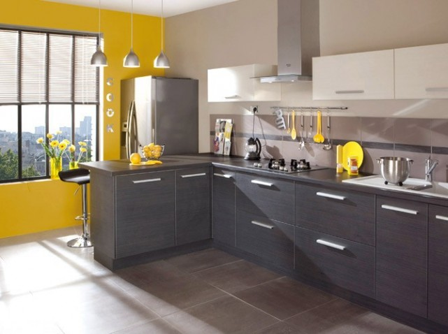 Belle cuisine noir blanc jaune for Decoration de cuisine grise