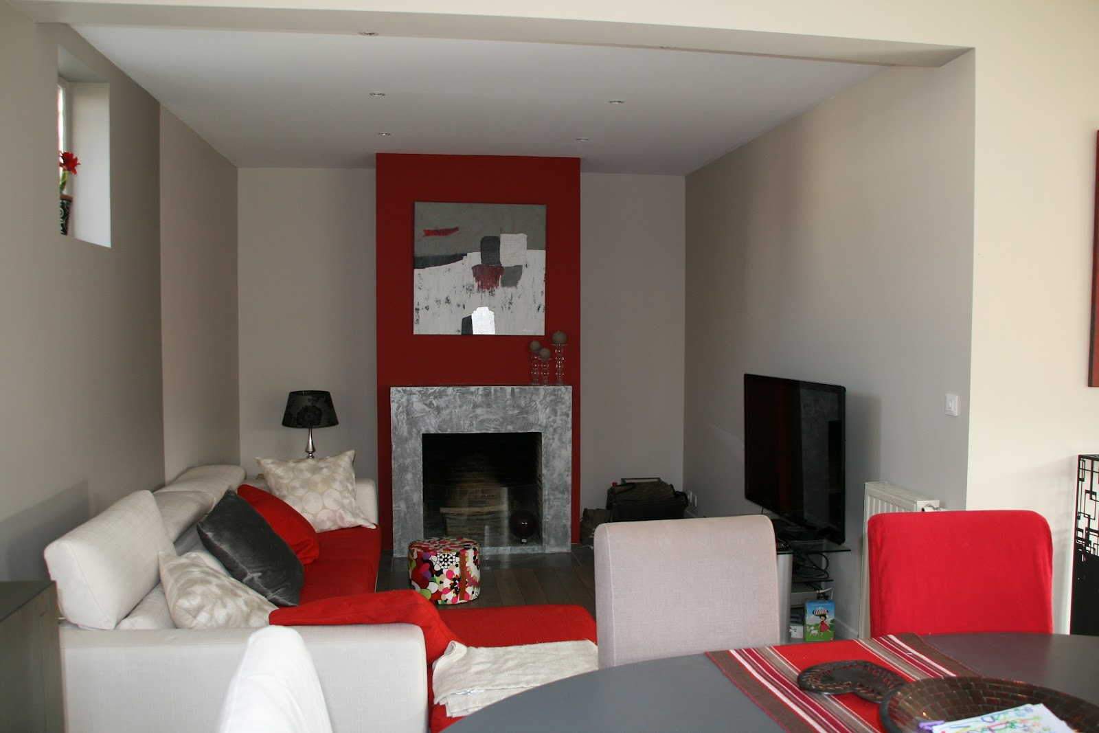 Chambre a coucher gris et rouge for Photo deco salon