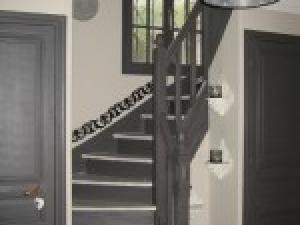 Jolie decoration couloir avec escalier