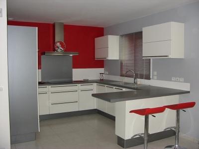 Cuisine rouge blanc gris for Decoration cuisine rouge