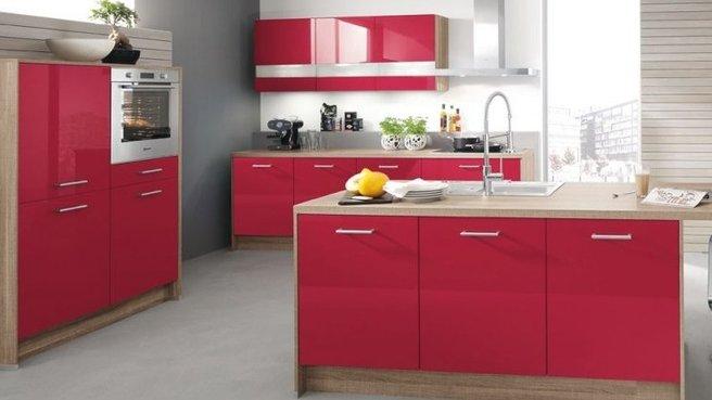 modèle cuisine rouge plan de travail bois