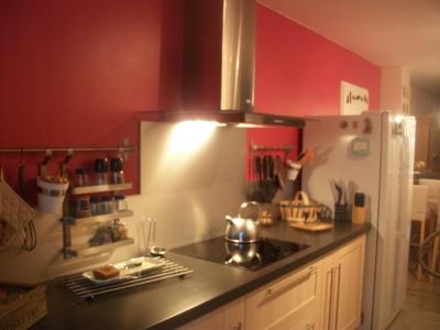 Deco cuisine framboise for Cuisine blanche mur rouge