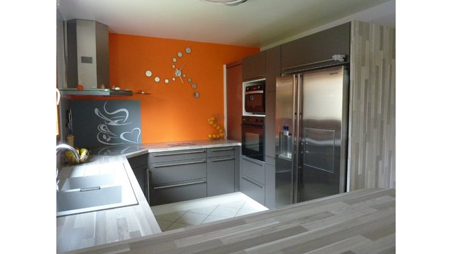 Deco cuisine orange et gris for Cuisine 4m de long