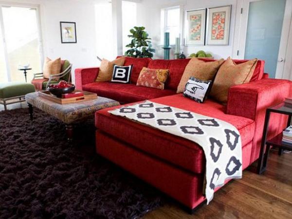 modèle deco salon canape rouge .