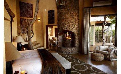 decoration salon style colonial. Black Bedroom Furniture Sets. Home Design Ideas
