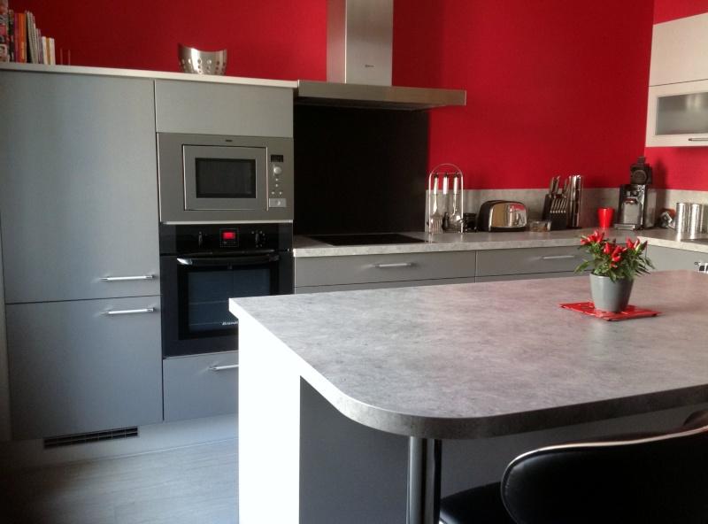 cuisine rouge avec mur gris