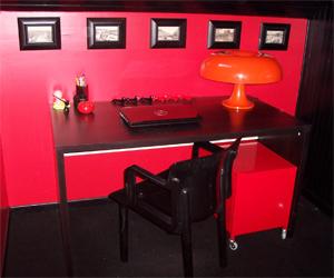 Photo décoration bureau rouge et noir